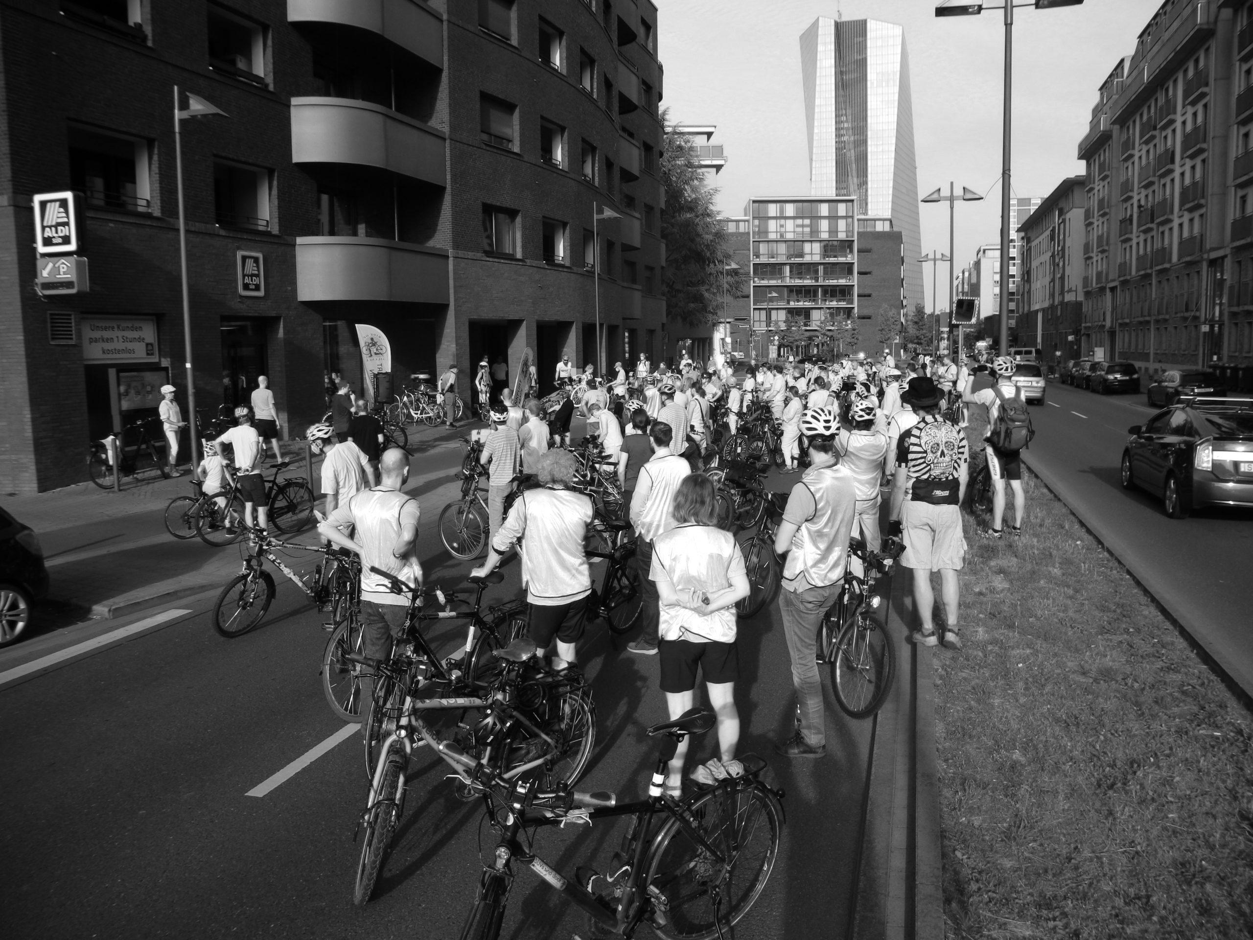 Die Teilnehmenden bei der Schweigeminute an der Oskar-von-Miller-Straße